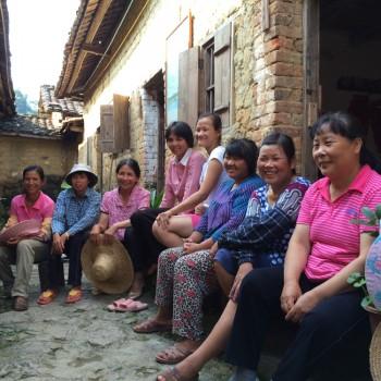 2乡村旅社妇女合照